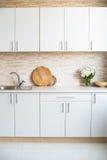 Интерьер новой яркой белой домашней кухни Стоковые Изображения RF