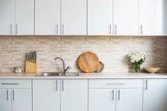 Интерьер новой яркой белой домашней кухни Стоковые Фотографии RF
