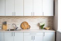 Интерьер новой яркой белой домашней кухни Стоковые Фото