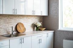 Интерьер новой яркой белой домашней кухни Стоковое Изображение