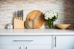 Интерьер новой яркой белой домашней кухни Стоковое Изображение RF