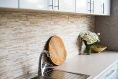 Интерьер новой яркой белой домашней кухни Стоковые Изображения