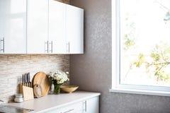 Интерьер новой яркой белой домашней кухни Стоковое Фото