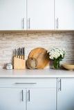 Интерьер новой яркой белой домашней кухни Стоковая Фотография RF