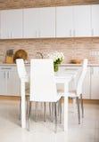 Интерьер новой яркой белой домашней кухни Стоковое фото RF