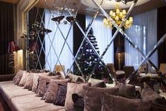 Интерьер лобби гостиницы с стеной зеркала Стоковое Фото