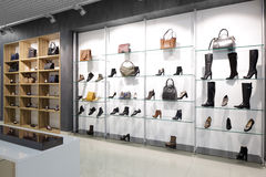 Интерьер обувного магазина в современном европейском моле стоковое изображение rf