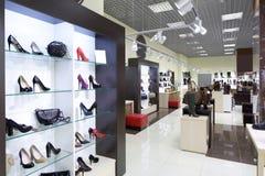 Интерьер обувного магазина в современном европейском моле стоковые изображения