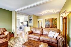 Интерьер дома в желтом и зеленом цвете Стоковое фото RF