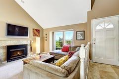 Интерьер дома с высоким сводчатым потолком Живущая комната с firep Стоковые Фото