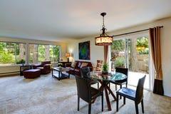 Интерьер дома с открытым планом здания зона обедая живущая комната Стоковая Фотография