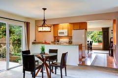 Интерьер дома с открытым планом здания Кухня с столовой Стоковое фото RF