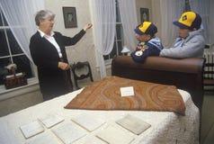 Интерьер дома Эмили Dickinson с туристическим гидом и туристами, Амхорстом, МАМАМИ стоковая фотография
