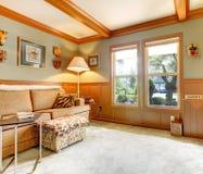 Интерьер офиса с прованской и коричневой отделкой стены Стоковые Фотографии RF