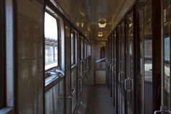Интерьер пассажирского поезда, уходит от главного ж-д вокзала Праги Стоковая Фотография