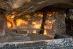 Интерьер пещеры Asana на западном основании утеса Sigiriya в Шри-Ланке Стоковые Фотографии RF