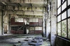 Интерьер покинутой залы продукции в Tarnita, Румынии Стоковые Изображения