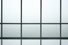 Интерьер предпосылки стеклянной стены современного офисного здания Стоковая Фотография