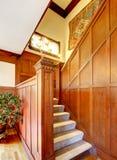 Интерьер прихожей с деревянной отделкой планки Взгляд лестниц ковра стоковая фотография rf