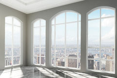Интерьер просторной квартиры с большими окнами и видом на город Стоковое Изображение