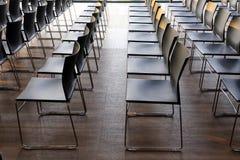 Интерьер пустого конференц-зала с серым цветом покрасил стулья Стоковое Изображение RF