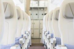 Интерьер пустой подготавливает для того чтобы лететь кабина авиалайнера с строками мест Стоковые Изображения