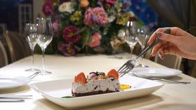 Интерьер ресторана День валентинок Святого Конец вверх плиты с cream тортом с клубникой и другими ягодами женщина видеоматериал