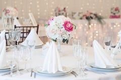 Интерьер ресторана для банкета, wedding Стекло, салфетки и столовый прибор Назначения таблицы, кладя стоковое фото