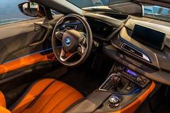 Интерьер родстера BMW i8 автомобиля спорт plug-in гибридного стоковые изображения
