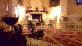 Интерьер рождества Дом живущей комнаты внутренний с украшенными камином и рождественской елкой сток-видео