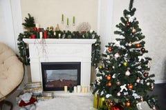 Интерьер рождества Кристмас Tree камин пейзаж украшение подарок Стоковая Фотография