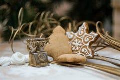 Интерьер рождества с медным телефоном и помадками стоковая фотография rf
