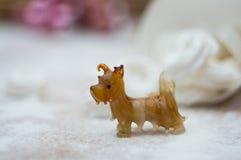 Интерьер рождества с меньшей стеклянной статуей собаки стоковое фото