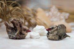 Интерьер рождества с figurines и меренгой птицы звенит стоковая фотография