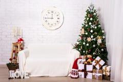 Интерьер рождества - рождественская елка, подарочные коробки и украшения i Стоковое фото RF