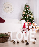 Интерьер рождества - рождественская елка, подарочные коробки, украшения и Стоковая Фотография