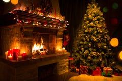 Интерьер рождества с деревом, настоящими моментами и камином Стоковые Изображения