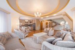 Интерьер роскоши, открытый план, квартира, живущая комната стоковые фото