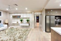 Интерьер роскошного дома с светлым освещением на ноче Стоковое Фото