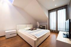 Интерьер роскошной квартиры просторной квартиры - спальня Стоковые Изображения