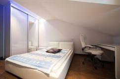 Интерьер роскошной квартиры просторной квартиры - спальня Стоковое фото RF