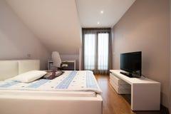 Интерьер роскошной квартиры просторной квартиры - спальня Стоковые Фотографии RF
