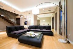 Интерьер роскошной просторной живущей комнаты Стоковая Фотография