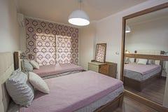 Интерьер роскошной спальни квартиры Стоковые Изображения