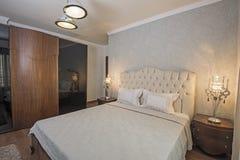 Интерьер роскошной спальни квартиры Стоковые Изображения RF