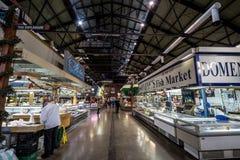 Интерьер рынка Св. Лаврентия с рыбным базаром глохнет в раннем утре стоковое изображение