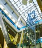 Интерьер самомоднейшего здания с лифтом Стеклянная крыша, стеклянный лифт Стоковое фото RF