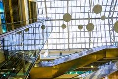 Интерьер самомоднейшего здания с лифтом Стеклянная крыша, стеклянный лифт Стоковое Изображение
