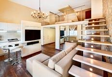 Интерьер самомоднейшего минимализма 2-высокий с лестницей Стоковые Фотографии RF