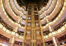 Интерьер самомоднейшего торгового центра стоковая фотография rf